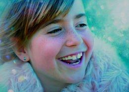 Lachendes Mädchen als Darstellung der Kategorie Humor